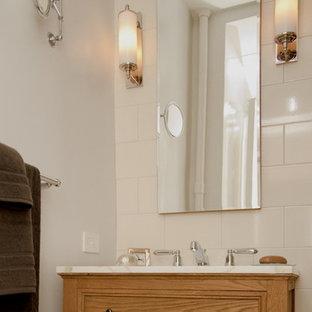 Kleines Klassisches Badezimmer En Suite mit Unterbauwaschbecken, Lamellenschränken, hellen Holzschränken, Marmor-Waschbecken/Waschtisch, Eckbadewanne, Duschbadewanne, Toilette mit Aufsatzspülkasten, beigefarbenen Fliesen, Keramikfliesen, weißer Wandfarbe und Marmorboden in New York