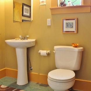 Foto di una piccola stanza da bagno american style con lavabo a colonna, pareti gialle e pavimento in linoleum