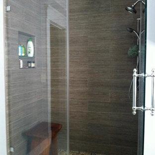 Inspiration för ett litet funkis en-suite badrum, med släta luckor, skåp i mörkt trä, en dusch i en alkov, en toalettstol med hel cisternkåpa, flerfärgad kakel, kakel i småsten, klinkergolv i porslin, ett nedsänkt handfat och bänkskiva i kvarts