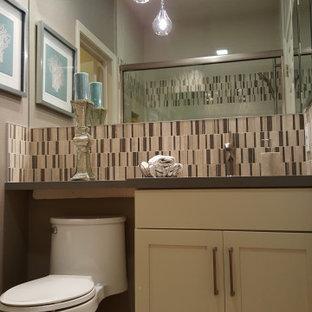 Esempio di una piccola stanza da bagno con doccia bohémian con ante in stile shaker, ante bianche, doccia alcova, WC monopezzo, piastrelle beige, piastrelle in gres porcellanato, pareti grigie, pavimento in pietra calcarea, lavabo sottopiano, top in quarzo composito, pavimento beige, porta doccia scorrevole, top grigio, panca da doccia, un lavabo e mobile bagno incassato
