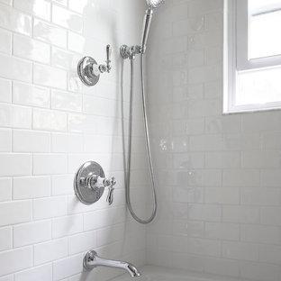 Foto di una stanza da bagno classica di medie dimensioni con lavabo integrato, ante bianche, vasca ad alcova, vasca/doccia, piastrelle bianche, pareti blu, pavimento con piastrelle a mosaico, consolle stile comò, WC monopezzo e piastrelle in ceramica