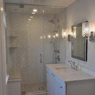 Esempio di una sauna contemporanea di medie dimensioni con lavabo sottopiano, consolle stile comò, ante bianche, top in quarzo composito, WC a due pezzi, piastrelle multicolore, piastrelle in gres porcellanato, pareti grigie e pavimento in gres porcellanato