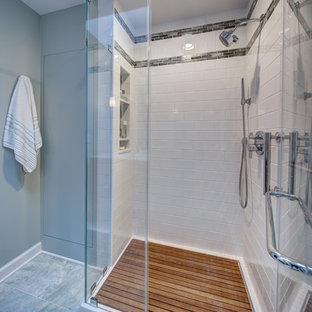 Idee per una piccola stanza da bagno padronale classica con ante lisce, ante in legno scuro, piastrelle bianche, piastrelle in ceramica, top in vetro, WC a due pezzi, pareti verdi, pavimento in marmo, lavabo integrato, pavimento verde e porta doccia a battente