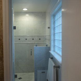 Idee per una piccola stanza da bagno padronale tradizionale con ante di vetro, ante bianche, doccia alcova, WC a due pezzi, piastrelle bianche, piastrelle di marmo, pareti bianche, pavimento in marmo, lavabo sospeso, pavimento bianco e porta doccia a battente