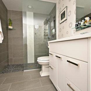 Bild på ett litet funkis badrum med dusch, med släta luckor, vita skåp, en dusch i en alkov, en toalettstol med separat cisternkåpa, beige kakel, stenkakel, beige väggar, klinkergolv i småsten, ett nedsänkt handfat, bänkskiva i akrylsten, beiget golv och med dusch som är öppen