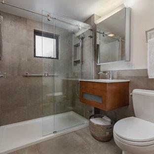 Imagen de cuarto de baño moderno, pequeño, con armarios estilo shaker, puertas de armario de madera oscura, ducha empotrada, sanitario de una pieza, baldosas y/o azulejos beige, baldosas y/o azulejos de porcelana, paredes blancas, suelo de baldosas de porcelana, lavabo suspendido, suelo beige y ducha con puerta corredera