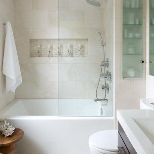 トロントのコンテンポラリースタイルのおしゃれな浴室 (アルコーブ型浴槽、ベージュのタイル、フラットパネル扉のキャビネット、ニッチ) の写真