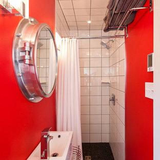 他の地域の小さいビーチスタイルのおしゃれな浴室 (アルコーブ型シャワー、白いタイル、赤い壁、コンソール型シンク) の写真