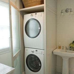 Cette image montre une salle de bain traditionnelle.