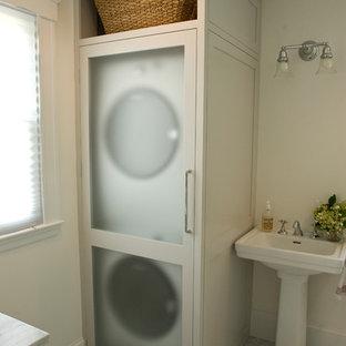 Ispirazione per una piccola stanza da bagno tradizionale con lavanderia