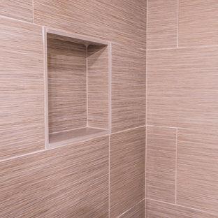 Foto di una piccola stanza da bagno chic con ante lisce, ante in legno bruno, vasca da incasso, vasca/doccia, WC a due pezzi, piastrelle multicolore, piastrelle in gres porcellanato, pareti bianche, pavimento in gres porcellanato, lavabo sottopiano e top in quarzite