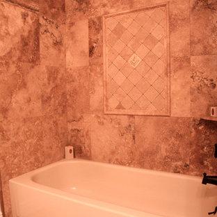 Immagine di una grande stanza da bagno padronale classica con lavabo sottopiano, ante con bugna sagomata, ante in legno scuro, top in granito, vasca/doccia, piastrelle beige, piastrelle in pietra e pavimento in travertino