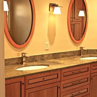 Esempio di una stanza da bagno minimal con ante in stile shaker, ante in legno scuro, vasca freestanding, doccia a filo pavimento, WC a due pezzi, piastrelle in ardesia, pavimento in ardesia, lavabo sottopiano, top in granito, pavimento verde e porta doccia a battente