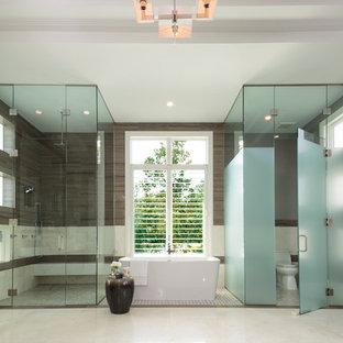 Свежая идея для дизайна: огромная главная ванная комната в современном стиле с фасадами в стиле шейкер, темными деревянными фасадами, отдельно стоящей ванной, душем без бортиков, унитазом-моноблоком, коричневой плиткой, белой плиткой, керамогранитной плиткой, серыми стенами, мраморным полом, настольной раковиной, столешницей из кварцита, белым полом, душем с распашными дверями и унитазом - отличное фото интерьера