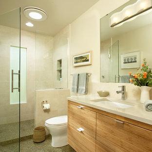 Immagine di una stanza da bagno minimal di medie dimensioni con lavabo sottopiano, ante lisce, ante in legno scuro, top in quarzo composito, doccia aperta, WC monopezzo, piastrelle beige, piastrelle in gres porcellanato e pareti beige