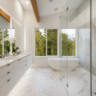 Пример оригинального дизайна: большая главная ванная комната в современном стиле с белыми фасадами, отдельно стоящей ванной, душем без бортиков, белой плиткой, плиткой из листового камня, белыми стенами, полом из керамической плитки, врезной раковиной, столешницей из искусственного кварца, белым полом, открытым душем, белой столешницей, плоскими фасадами, тумбой под две раковины, подвесной тумбой и сводчатым потолком