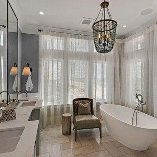 Esempio di una grande stanza da bagno stile marino con vasca freestanding, lavabo sottopiano, ante in stile shaker, ante grigie, pavimento in gres porcellanato e top in marmo