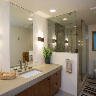 Stilmix Badezimmer mit farbigen Fliesen, Fliesen aus Glasscheiben, Porzellan-Bodenfliesen, Beton-Waschbecken/Waschtisch und Falttür-Duschabtrennung in Portland