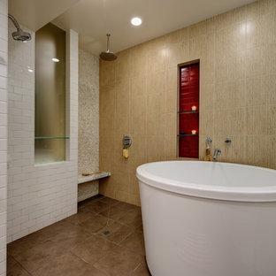 Ispirazione per una grande stanza da bagno padronale contemporanea con vasca giapponese, doccia a filo pavimento, piastrelle beige, piastrelle rosse, piastrelle in ceramica, pareti beige, pavimento con piastrelle in ceramica e pavimento marrone