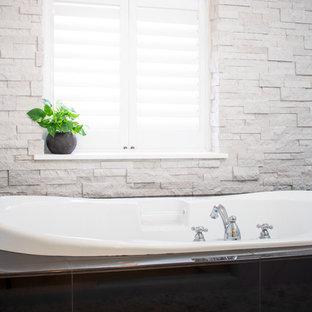Foto de cuarto de baño asiático, de tamaño medio, sin sin inodoro, con bañera japonesa, baldosas y/o azulejos blancos, baldosas y/o azulejos de porcelana, paredes blancas, suelo de baldosas tipo guijarro, suelo gris y ducha con puerta con bisagras