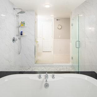 Idee per una stanza da bagno etnica di medie dimensioni con vasca giapponese, zona vasca/doccia separata, piastrelle bianche, piastrelle in gres porcellanato, pareti bianche, pavimento con piastrelle di ciottoli, pavimento grigio e porta doccia a battente