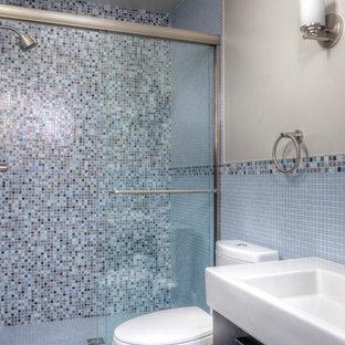 Foto di una stanza da bagno design con piastrelle a mosaico