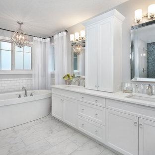 Exempel på ett stort klassiskt en-suite badrum, med ett undermonterad handfat, skåp i shakerstil, vita skåp, bänkskiva i kvartsit, ett fristående badkar, en dusch i en alkov, grå väggar, klinkergolv i porslin, vit kakel och tunnelbanekakel