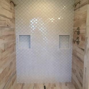 Ejemplo de cuarto de baño principal, romántico, grande, con armarios con paneles lisos, puertas de armario de madera en tonos medios, bañera encastrada, ducha abierta, sanitario de dos piezas, baldosas y/o azulejos beige, baldosas y/o azulejos de porcelana, paredes grises, suelo de baldosas de porcelana, lavabo bajoencimera y encimera de cuarzo compacto