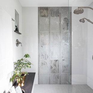 Foto di una stanza da bagno padronale classica di medie dimensioni con ante in legno bruno, doccia alcova, piastrelle bianche, piastrelle di vetro, pareti bianche, pavimento in gres porcellanato, lavabo sottopiano, pavimento grigio, doccia aperta e top grigio