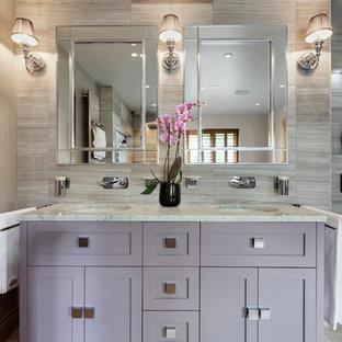 Immagine di una grande stanza da bagno padronale classica con ante lisce, ante in legno chiaro, vasca freestanding, doccia aperta, piastrelle grigie, lastra di pietra, pareti grigie, pavimento in pietra calcarea, top in marmo e lavabo sottopiano