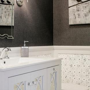 Idee per una piccola stanza da bagno minimalista con ante di vetro, ante bianche, WC monopezzo, pistrelle in bianco e nero, piastrelle in pietra, pareti nere, pavimento in marmo, lavabo sottopiano e top in vetro