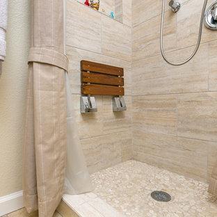 Großes Asiatisches Badezimmer En Suite mit Schrankfronten mit vertiefter Füllung, hellen Holzschränken, Eckbadewanne, Eckdusche, Wandtoilette mit Spülkasten, beigefarbenen Fliesen, Travertinfliesen, beiger Wandfarbe, Porzellan-Bodenfliesen, Aufsatzwaschbecken und Granit-Waschbecken/Waschtisch in San Diego