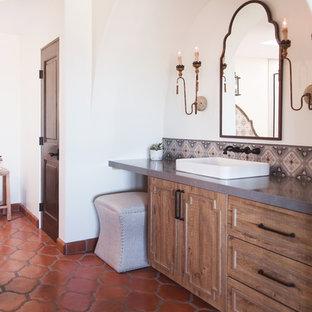 Новые идеи обустройства дома: огромная главная ванная комната с фасадами с выступающей филенкой, фасадами цвета дерева среднего тона, отдельно стоящей ванной, душем в нише, разноцветной плиткой, керамической плиткой, белыми стенами, полом из терракотовой плитки, настольной раковиной, оранжевым полом, душем с распашными дверями и серой столешницей