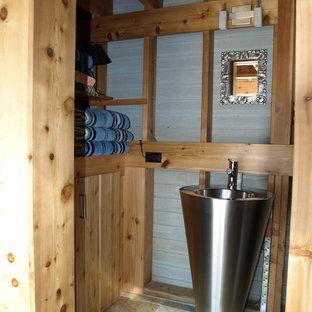 Esempio di una stanza da bagno bohémian con lavabo a colonna, ante lisce, ante in legno chiaro, top in acciaio inossidabile, WC a due pezzi, pareti grigie e pavimento in ardesia