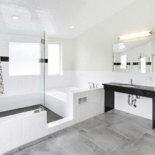 Idéer för ett mellanstort modernt en-suite badrum, med ett platsbyggt badkar, en öppen dusch, en toalettstol med separat cisternkåpa, svart och vit kakel, porslinskakel, grå väggar, klinkergolv i porslin, ett undermonterad handfat, bänkskiva i akrylsten, grått golv och med dusch som är öppen
