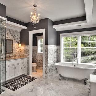 Idee per un'ampia stanza da bagno padronale design con lavabo sottopiano, consolle stile comò, ante bianche, top in marmo, vasca freestanding, doccia a filo pavimento, WC a due pezzi, piastrelle bianche, piastrelle di vetro, pareti grigie e pavimento in marmo