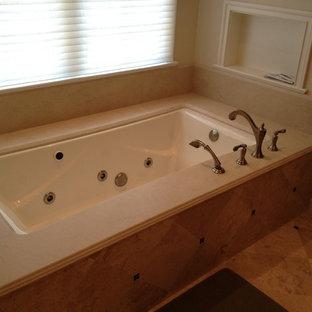 Idee per una stanza da bagno con vasca giapponese, pareti beige, pavimento con piastrelle in ceramica, lavabo a bacinella, ante in stile shaker, ante in legno scuro e top in marmo
