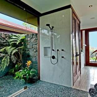 ハワイのトロピカルスタイルのおしゃれな浴室 (グレーのタイル、玉石タイル、バリアフリー) の写真