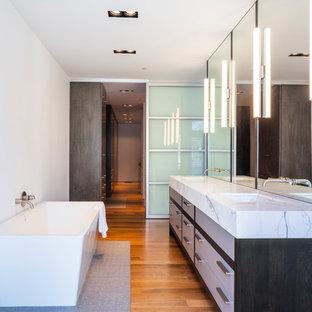 Ejemplo de cuarto de baño principal, moderno, con armarios tipo mueble, paredes blancas, suelo de madera pintada, lavabo bajoencimera y encimera de mármol