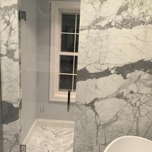 Salle de bain avec des carreaux de béton et un plan de toilette en ...