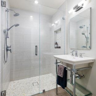 Idee per una piccola stanza da bagno con doccia classica con doccia a filo pavimento, WC monopezzo, piastrelle beige, piastrelle in gres porcellanato, pareti grigie, pavimento in gres porcellanato, pavimento grigio, porta doccia a battente e lavabo a consolle
