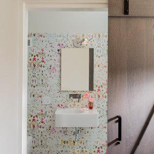 Cette photo montre une petit salle d'eau chic avec une douche ouverte, un WC suspendu, un carrelage blanc, des carreaux de céramique, un mur multicolore, un sol en marbre, un lavabo suspendu, un sol blanc et une cabine de douche à porte battante.