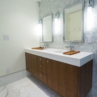 サンフランシスコの大きいコンテンポラリースタイルのおしゃれなバスルーム (浴槽なし) (フラットパネル扉のキャビネット、濃色木目調キャビネット、置き型浴槽、青いタイル、グレーのタイル、白いタイル、石タイル、白い壁、大理石の床、オーバーカウンターシンク、珪岩の洗面台、ターコイズの床) の写真