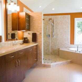 Esempio di una grande stanza da bagno padronale minimalista con ante lisce, ante in legno scuro, vasca da incasso, doccia ad angolo, piastrelle bianche, piastrelle gialle, piastrelle di vetro, pareti arancioni, pavimento con piastrelle in ceramica, lavabo sottopiano, pavimento beige e doccia aperta