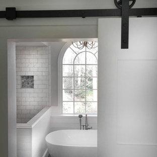 Inredning av ett lantligt mellanstort en-suite badrum, med skåp i shakerstil, grå skåp, ett fristående badkar, en hörndusch, en toalettstol med separat cisternkåpa, vit kakel, keramikplattor, grå väggar, klinkergolv i keramik, ett undermonterad handfat, marmorbänkskiva, grått golv och dusch med gångjärnsdörr
