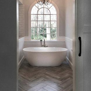 Inspiration pour une salle de bain principale rustique de taille moyenne avec un placard à porte shaker, des portes de placard grises, une baignoire indépendante, une douche d'angle, un WC séparé, un carrelage blanc, des carreaux de céramique, un mur gris, un sol en carrelage de céramique, un lavabo encastré, un plan de toilette en marbre, un sol gris et une cabine de douche à porte battante.