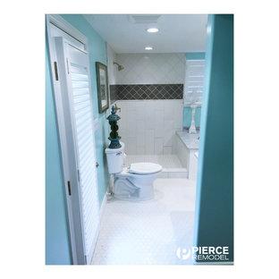 Imagen de cuarto de baño principal, de estilo americano, de tamaño medio, con lavabo bajoencimera, armarios con paneles empotrados, puertas de armario blancas, encimera de mármol, bañera encastrada, ducha esquinera, sanitario de dos piezas, baldosas y/o azulejos blancos, baldosas y/o azulejos de piedra, paredes azules y suelo de mármol