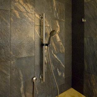 Idées déco pour une salle de bain principale contemporaine de taille moyenne avec une vasque, des portes de placard en bois clair, un plan de toilette en bois, une douche à l'italienne, un WC séparé, des carreaux de porcelaine, un mur jaune, un placard à porte plane, un carrelage noir, un sol en bambou, un sol jaune, une cabine de douche à porte battante et un plan de toilette jaune.