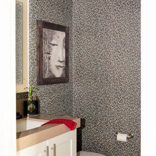 Foto de cuarto de baño de estilo zen, pequeño, con armarios estilo shaker, puertas de armario blancas, sanitario de una pieza, paredes negras, suelo de madera en tonos medios, lavabo bajoencimera, encimera de cuarzo compacto, suelo gris y encimeras beige