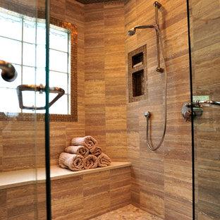 Пример оригинального дизайна: большая главная ванная комната в современном стиле с подвесной раковиной, фасадами в стиле шейкер, темными деревянными фасадами, столешницей из искусственного кварца, двойным душем, унитазом-моноблоком, бежевой плиткой, стеклянной плиткой, коричневыми стенами и полом из галечной плитки